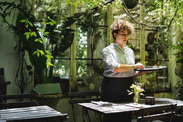 Mulher, trabalhando, em, um, jardinagem, loja
