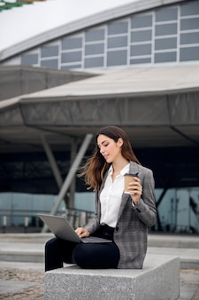Mulher trabalhando em um laptop, tiro médio