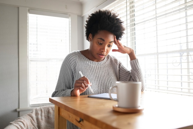Mulher trabalhando em um tablet digital no novo normal