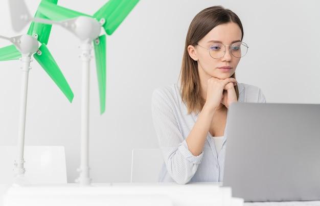 Mulher trabalhando em uma inovação de energia