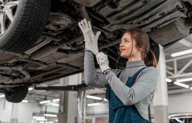 Mulher trabalhando em uma oficina de automóveis