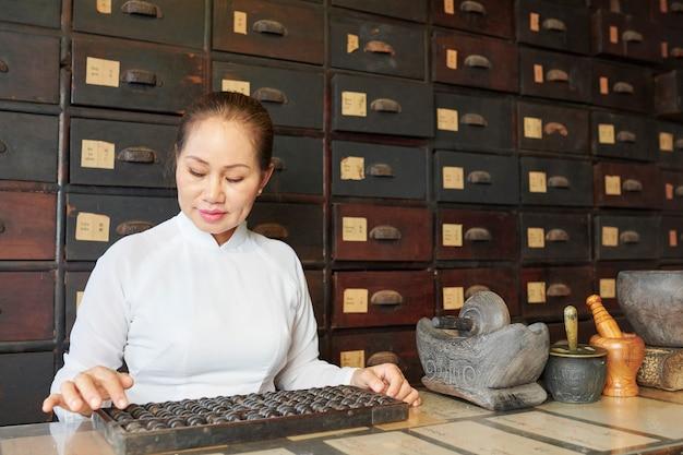 Mulher trabalhando em velho boticário