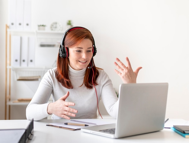 Mulher trabalhando em videochamada