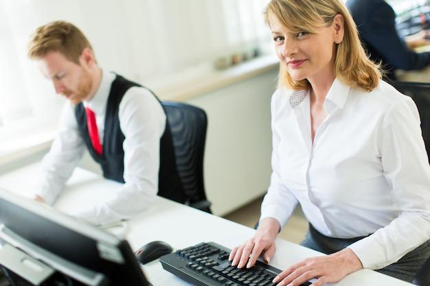 Mulher, trabalhando, escritório