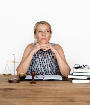Mulher, trabalhando, justiça, escala, julgamento, lei