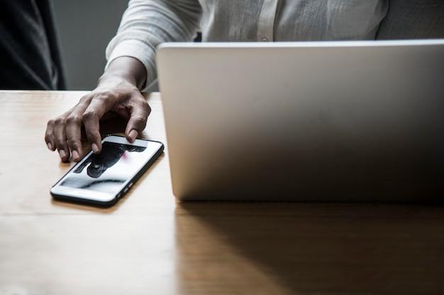 Mulher, trabalhando, laptop