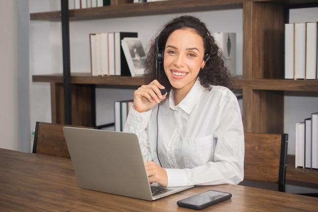 Mulher trabalhando na central de atendimento na internet em casa