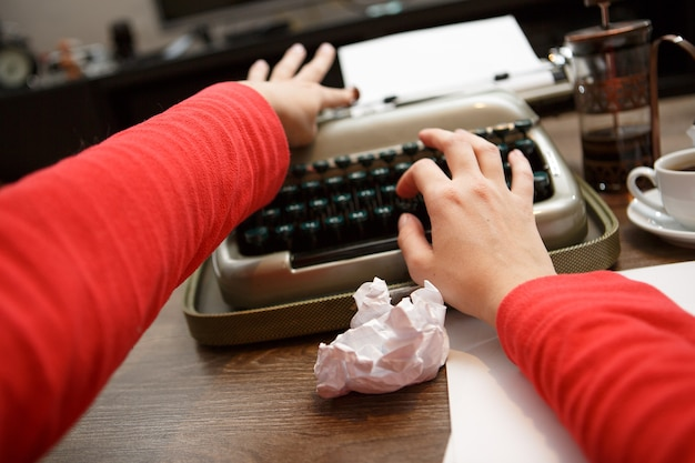 Mulher trabalhando na máquina de escrever
