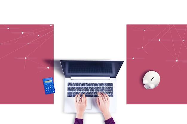 Mulher trabalhando no computador e na calculadora com o cofrinho na mesa