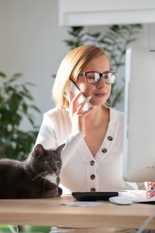 Mulher trabalhando no computador em casa