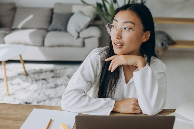 Mulher trabalhando no computador na mesa de casa