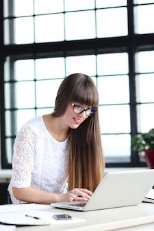 Mulher trabalhando no escritório