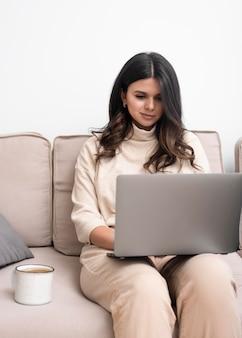 Mulher trabalhando no laptop e com café
