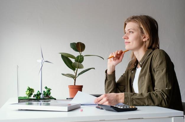 Mulher trabalhando para projetos ambientais