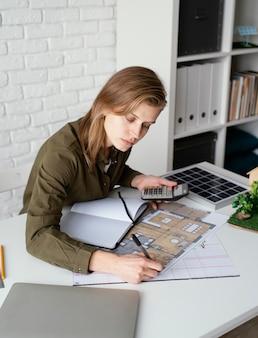 Mulher trabalhando para retrato de projetos ambientais
