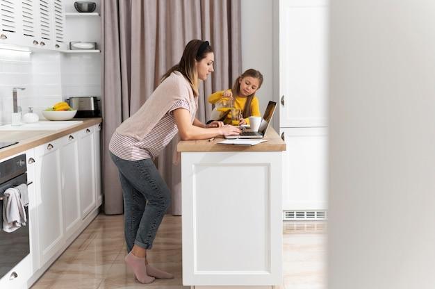 Mulher trabalhando remotamente em cena completa