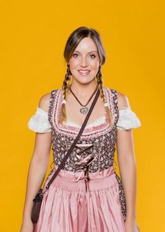 Mulher tradicional da baviera em vestido