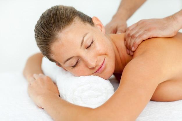 Mulher tranquila, desfrutando de uma massagem