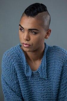 Mulher transgênero olhando para longe