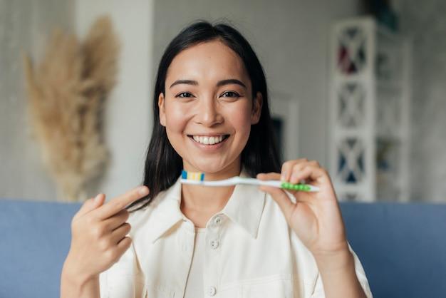 Mulher transmitindo ao vivo sobre problemas dentários