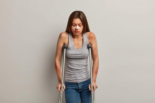Mulher traumatizada e chateada com várias fraturas ósseas