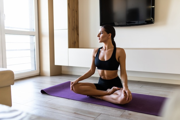 Mulher treinadora pratica vídeo treinamento on-line hatha ioga