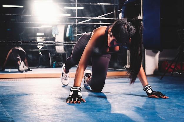 Mulher, treinamento, em, ginásio