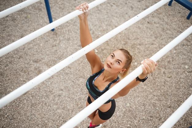 Mulher treinando ao ar livre
