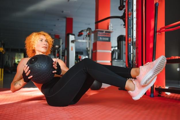 Mulher treinando com ginástica funcional na academia
