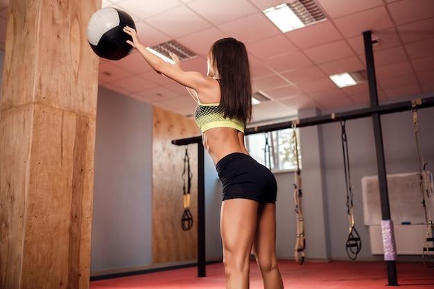 Mulher treinando com ginástica funcional no ginásio
