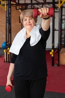 Mulher treinando com pesos