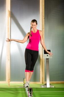 Mulher treinando com slackline