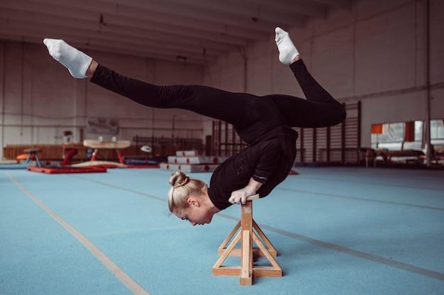 Mulher treinando em peças de madeira