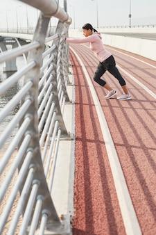 Mulher treinando no estádio