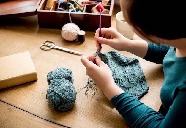 Mulher, tricotando, artesanato, passatempo, caseiro