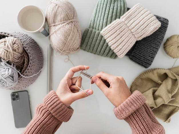 Mulher tricotando de cima