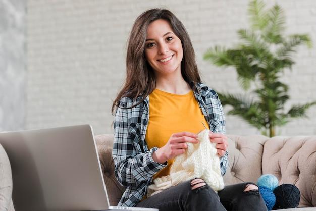 Mulher tricotando o conceito de cursos de e-learning