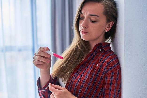 Mulher triste deprimida chateada com um resultado negativo do teste de gravidez