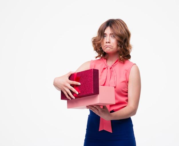 Mulher triste e casual abrindo caixa de presente