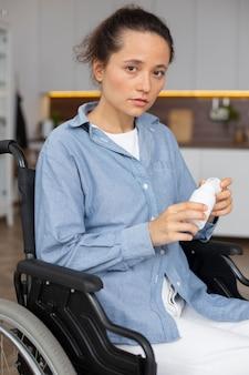 Mulher triste em um tiro médio em cadeira de rodas