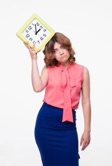 Mulher triste segurando relógio