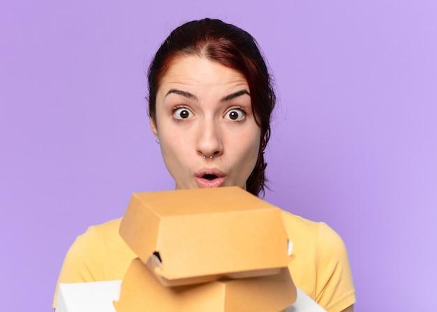 Mulher tty com caixas de fast food para levar