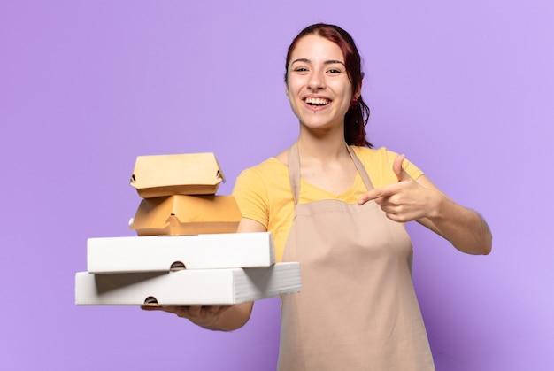 Mulher tty com caixas de fast food para viagem