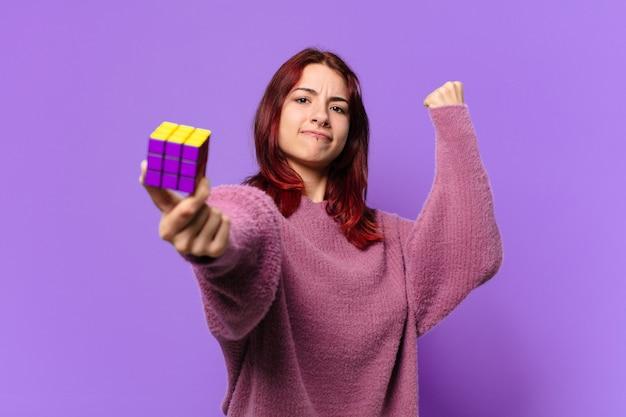 Mulher tty com um desafio de brinquedo de inteligência