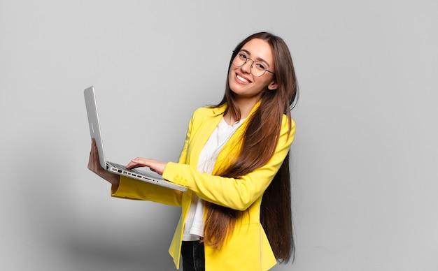 Mulher tty com um laptop. conceito de mídia social