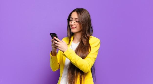 Mulher tty mostrando a tela do celular.