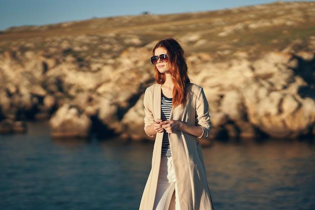 Mulher, turismo de viagens, relaxamento, férias, montanhas, paisagem, mar
