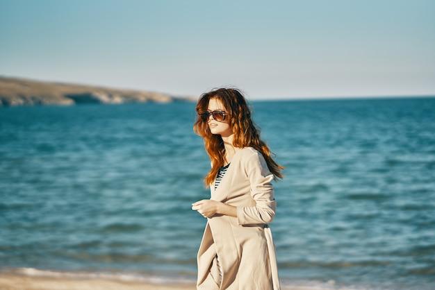 Mulher, turismo, viagens, mar, areia, praia, montanhas, ar fresco, relaxar