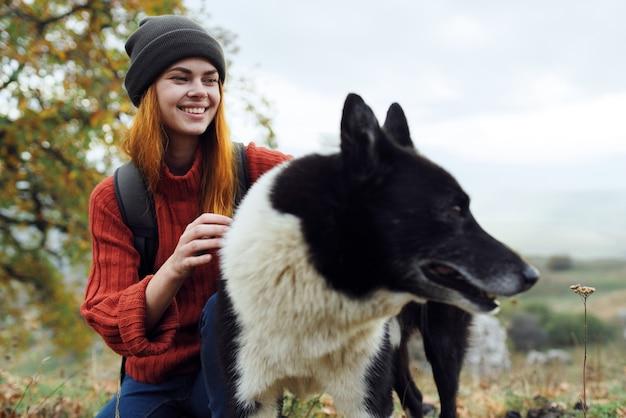 Mulher turista ao lado de cachorro abraço amizade viagem natureza