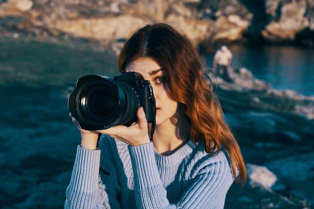 Mulher turista câmera natureza paisagem viagens profissional
